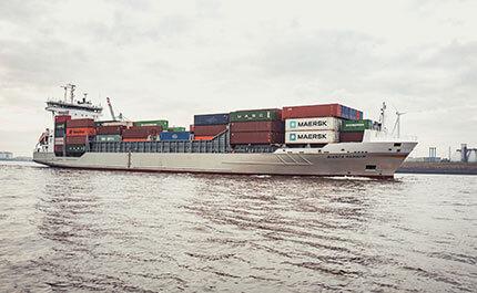 Faehre Hamburg Containerschiff